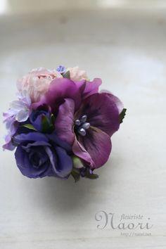 corsage  パンジーとブルーローズ Felt Flowers, Fabric Flowers, Paper Flowers, Floral Centerpieces, Flower Arrangements, Diy Ribbon, Silk Ribbon Embroidery, Gorgeous Fabrics, Corsages