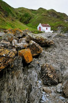 elorablue:  White cottage at Niarbyl by Vic on Flickr.