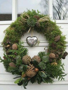 Moss wreath with pine cones, cedar, walnuts, acorns, cabbage flowers? Moss wreath with Christmas Door, Rustic Christmas, Christmas Trees, Pinterest Christmas Crafts, Outdoor Christmas Decorations, Holiday Decor, Winter Decorations, Moss Wreath, Natural Christmas