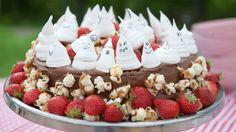 Denne saftige sjokoladekaken kommer garantert til å bli en kjempesuksess i neste barnebursdag.    «Hele Norge baker»-deltaker og matbloggerCamilla Johansenviser at du ikke alltid trenger å bruke ferdigkjøpt pynt for å lage en morsom og god kake. Pyntet med morsomme spøkelsemarengser og karamellisert popkorner det ekstra gøy for barna å plukke godteri fra kakestykket.    Camilla ble kåret til ukens mesterbaker med denne kaken i episode 4, hvor deltakerne fikk oppgave å lage deres beste…