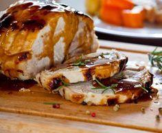 Schweinebraten gilt als Klassiker der bayerischen Küche und ist weltweit bekannt. Schweinebraten mit Knödel oder Schweinebraten mit Krautsalat und Knödel.