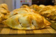 Veja como fazer a massa e o recheio da empanada de carne