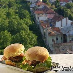 Burger de vita cu branza reteta de cheeseburger de casa | Savori Urbane Bun Burger, Hamburger, Urban, Chicken, Ethnic Recipes, Food, Eten, Hamburgers, Meals