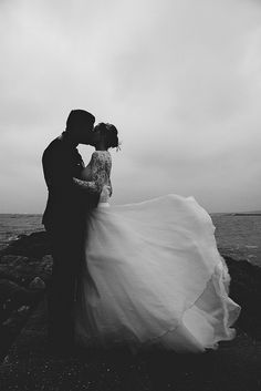 Black and white picture - weddingpicture ideas - lace weddingdress