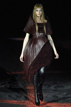 c53a87f5cb8 Alexander McQueen Fall 2007 Ready-to-Wear Collection - Vogue Philip Treacy