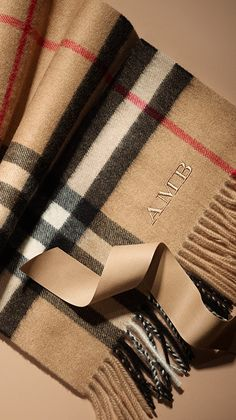 The Burberry heritage scarf in Scottish-woven cashmere - give a personalised gift with the new monogramming service. Bufandas Louis Vuitton, Zapatillas Louis Vuitton, Burberry Gifts, Burberry Scarf Outfit, Burberry Coat, Burberry Men, Cashmere Scarf, Couture, Womens Scarves