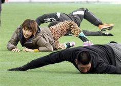 巨人選手といっしょにストレッチをする長澤まさみ。右手前は大田泰示=宮崎県総合運動公園(撮影・荒木孝雄)