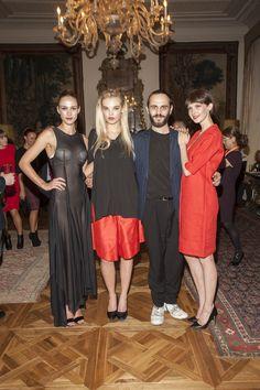 Matteo Brizio, stilista genovese, insieme alle modelle che indossano la sua ultima collezione made Brizyo.