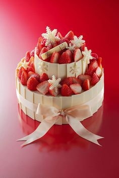 Christmas strawberry and white chocolate decorated cake Decoration Patisserie, Beautiful Desserts, Strawberry Cakes, Sweet Tarts, Pretty Cakes, Sweet Desserts, Yummy Cakes, Gourmet Recipes, Christmas