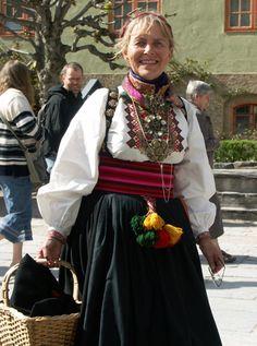 Magasinet Bunad : Enda en flott Bunad-dag på Norsk Folkemuseum i 2006 Norwegian Style, Fantasy Costumes, Folk Costume, Well Dressed, Filigree, Danish, Norway, All Things