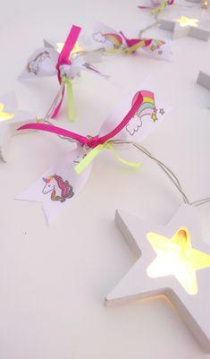 Γιρλάντα με φωτάκια μπαταρίας LED και ξύλινα αστεράκια ! Είναι 1,10 m και έχει 8 αστεράκια 7 cm x 12 cm  Έχει δεμένη φανταστική κορδέλα από ύφασμα με μονόκερους και ουράνια τόξα ♥ !!! και σατέν κορδελάκια.  Τα λαμπάκια είναι Led και έχουν θερμό φως ! ( υ.γ. οι μπαταρίες δεν περιέχονται)  Μπορεί να διακοσμήσει το υπνοδωμάτιο ,το μπαλκόνι ,το παιδικό και εφηβικό δωμάτιο Children, Girls, Room, Young Children, Toddler Girls, Bedroom, Boys, Daughters, Kids