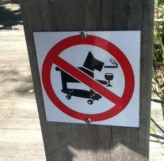 Prohibido para los perros beber fumar e ir en patinete. Más en http://www.lasfotosmasgraciosas.com/carteles.html