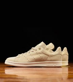 adidas Originals Wraps the Stan Smith in Premium Tan Suede: A timeless hue for a coveted shoe. Tan Sneakers, Adidas Sneakers, Adidas Stan Smith, Boyfriend Survival Kit, Reebok, Bald Men Style, Nba, Baskets, Basket Nike