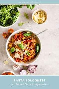 Vandaag een lekker en gemakkelijk recept: Pasta met vegetarische Bolognese saus. Ik gok dat er net zoveel recepten voor de klassieke Bolognese saus zijn als dat er inwoners in Rome zijn. Zo heb ik ook mijn eigen recept, inclusief geheim ingrediënt. Benieuwd wat dat is? Je leest het op mijn blog. #pastabolognese #veganpasta #veganpastabolognese #veganrecepten #gemakkelijkeveganrecepten #vegetarischerecepten #gemakkelijkerecepten #plantaardigerecepten #vegetarischepastasaus