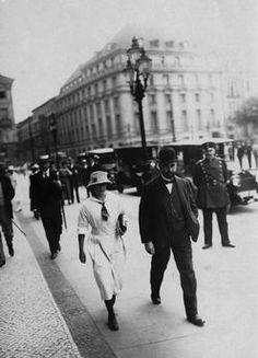 Hugo Stinnes in der Simsonstraße vor dem Reichstagsgebäude in Berlin in Begleitung seiner Tochter Clärenore Stinnes (21.1.1901–7.9.1990). Foto, um 1920/22 (Otto Haeckel).