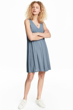 Short, straight-cut dress in viscose jersey with a V-neck and seam down the front and back. Lined at the top.