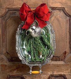 A guirlanda de peças de prata e ramos de alecrim anuncia que a comilança da noite vai ser boa! (Decoração de Natal | Christmas decor)  #natal #navidad #christmas