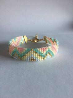 Leuk bead loom armband gemaakt in de kleuren groen/roze met goud, dat kan gestapeld met anderen of alleen gedragen. Gemaakt met delica kraaltjes en afgewerkt met gouden lint gesp en twee inch extendsion keten. Als u dit patroon in een andere kleurencombinatie wil of nodig iets langer