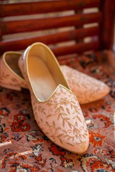 Salmon pink mojadis with gold work for grooms | WedMeGood| #wedmegood #indianweddings #pink #salmonpink #goldwork #shoes #groom #mojadis #weddingshoes