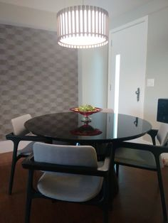 Sala de jantar. Destaque para o papel 3D, mesa em.laca preta, cadeira com cor ebanizada e pendente em madeira. Mais um projeto do nosso escritório. Nos sigam nas redes socias @2nsarq