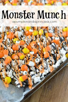 Candy Corn Monster Munch - need a last-minute Halloween treat idea? You'll love this easy chocolate covered popcorn recipe made with candy corn and edible eyes. Fröhliches Halloween, Halloween Snacks, Halloween Cupcakes, Halloween Popcorn, Halloween Baking, Halloween Chocolate, Halloween Projects, Halloween Movie Night, Halloween Recipe