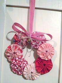 Two Crazy Crafters: Yoyo Wreath Tutorial