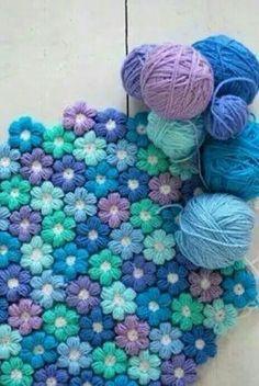 Alfombra hecha de flores tejidas a crochet