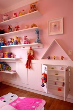 Neste quarto de menina, idealizado por Cristiane Schiavoni, as prateleiras mais baixas para os brinquedos de maior uso dão autonomia à criança.