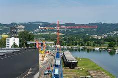 Arbeit am Wasser: Der WOLFF 7532.16 cross unterstützt die Traditionswerft ÖSWAG in Linz bei der Schiffswartung. Auf Schienen montiert kann er flexibel agieren.