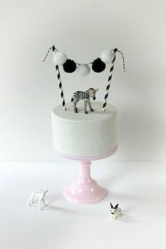 Trend: Adorable Animal Cake Toppers white cake with pompom garland, cakebunting black&white white cake with pompom garland, cakebunting black&white Zebra Party, Pretty Cakes, Cute Cakes, Animal Cakes, Animal Party, Cake Designs, Eat Cake, Cupcake Cakes, Zebra Cupcakes
