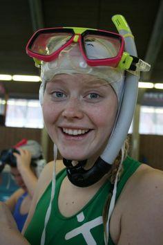 Idrettselevene på undervannsrugby Headset, Headphones, Electronics, Diving, Headpieces, Headpieces, Hockey Helmet, Ear Phones, Ear Phones