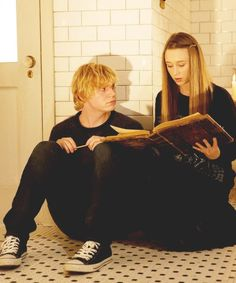 American Horror Story: Coven Kyle Spencer ( Evan Peters ) and Zoe Benson ( Taissa Farmiga ) Tate And Violet, Violet Ahs, Evan Peters, American Horror Story Coven, Tate Y Violeta, Kyle Spencer, Image Deco, Film Serie, Emma Roberts
