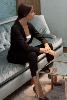 High heels are a staple in many women's outfits. They are now meant to be worn with almost any outfit … Business Outfits Women, Business Attire, Business Women, Mode Outfits, Fashion Outfits, Woman Outfits, Elegantes Business Outfit, Outfits Tipps, Suits For Women