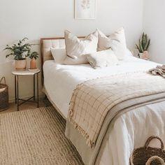 simple modern bedroom design - elegant home decor inspiration Home Decor Bedroom, Bedroom Furniture, Diy Home Decor, Bedroom Ideas, Bedroom Colors, Cozy Bedroom, Girls Bedroom, Single Bedroom, Bedroom Red