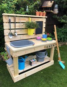 Diy Mud Kitchen, Mud Kitchen For Kids, Diy Outdoor Kitchen, Backyard Play, Backyard For Kids, Backyard Projects, Garden Projects, Kids Outdoor Playground, Pallet Kids