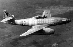 MESSERSCHMITT Me 262 NACHT JaGER  Producido en serie durante laSegunda Guerra Mundial, entró en combate a partir de julio de 1944 en el papel decaza-interceptor,bombardero de ataque,avión de reconocimientoycaza nocturno. Se estima que de los 1.433 construidos, solamente unos 300 entraron en combate y derribaron cerca de 509 avionesaliados