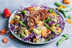 Sweet and sour crunchy pork salad Crunchy Noodle Salad, Easy Pasta Salad, Easy Salads, Summer Salads, Meals Under 500 Calories, 500 Calorie Meals, Low Calories, Pork Recipes, Salad Recipes