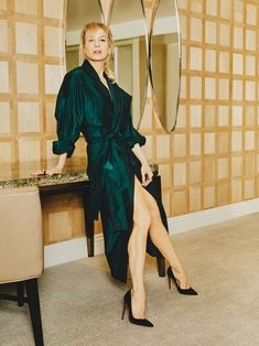 """In an exclusive interview with Town & Country Magazine, actress Renee Zellweger discusses her new Netflix series, """"What/If"""", and how her own experience with fame prepared her to play Judy Garland. Rhona Mitra, Blake Jenner, Town And Country Magazine, Trench Dress, Gold Gown, Renee Zellweger, Versace Dress, Girls Wear, Fun To Be One"""