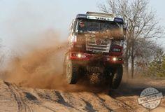 Tatra 815 Buggyra při testech v Senici dostala pořádně zabrat.  Buggyra zahájila plánovaný velký testovací program pro Dakar 2015. V drsných podmínkách rozsáhlého vojenského areálu ve slovenské Senici v uplynulých dnech proběhly úvodní ostré zkoušky závodní techniky, která po letošním ročníku nejtěžší dálkové soutěže světa doznala prvních úprav.  #Buggyra #Fatboy #Dakar #rallye #Senica #test