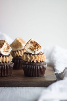 S'mores cupcakes with moist chocolate cake, marshmallow filling, graham cracker buttercream, and homemade toasted marshmallows. This cupcake recipe looks impressive but is easier to make than you think! Marshmallow Cupcakes, Toasted Marshmallow, Marshmallow Cream, Best Cake Recipes, Brownie Recipes, Sweet Recipes, Homemade Cupcake Recipes, Köstliche Desserts, Delicious Desserts