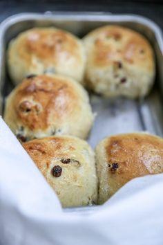 LYSE ROSINBOLLER | søtet med vaniljekesam | Desiree Andersen Hamburger, Muffin, Food And Drink, Sweets, Snacks, Baking, Breakfast, Recipes, Breads