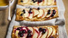 Der Hefeteig wird mit Créme fraîche bestrichen und mit Apfelspalten und…