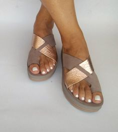 Platform leather sandals for all day comfort and ease, womens sandals with flexsole technology, Walk with confidence in your comfort sandal land leather anatomic slides sandals Made with the highest quality materials : genuine leather and naturally coloured. Handmade using
