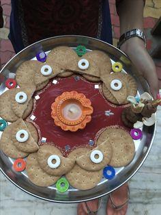 Aarti decoration Diwali Decorations, Festival Decorations, Flower Decorations, Arti Thali Decoration, Decoration For Ganpati, Plastic Spoon Crafts, Plastic Spoons, Baby Shower Plates, Diwali Craft