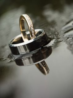 Rings from a rainy wedding day - Hochzeit Wedding Ring Photography, Wedding Photography Inspiration, Wedding Photoshoot, Wedding Pictures, Rain Wedding Photos, Fotografia Social, Rain Photo, Foto Casual, Ring Shots