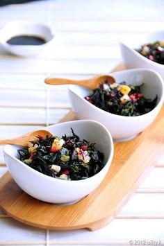 Хиџики со суво тофу и зеленчук Оваа разнобојна комбинација од хиџики, моркови и магдонос е многу вкусна и неодолива. Сувото тофу дава додатни хранливи материи и има интересен состав. Миринот ја ублажува аромата и дава малку слаткост.  * Рецепт на Питер и Монтсе Бредфорд, автори на Готвење со морски зеленчук- Hijiki подетално на mitoku.com