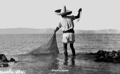 Acapulco Guerrero Mexico 22 ,, pescador en la bahia 1915