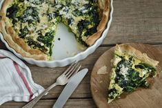 A healthy dose of spinach makes this delicious low-calorie quiche recipe one which is both elegant and nutritious. Onion Quiche Recipe, Savoury Pastry Recipe, Quiche Recipes, Quiches, Egg Recipes For Breakfast, Breakfast Dishes, Breakfast Quiche, Breakfast Sandwiches, Legumes