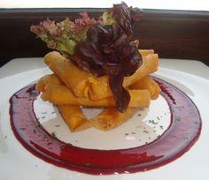 Rollitos crujientes de queso frito con salsa de frutos rojos