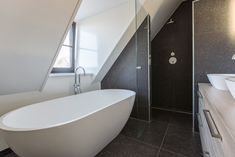 Belgisch Hardsteen Keramisch Badkamer Schuindak Dakkapel Douche en Bad Home Improvement, Bathtub, Interior, House, Home Decor, Bad Bad, Bathrooms, Blog, Bath